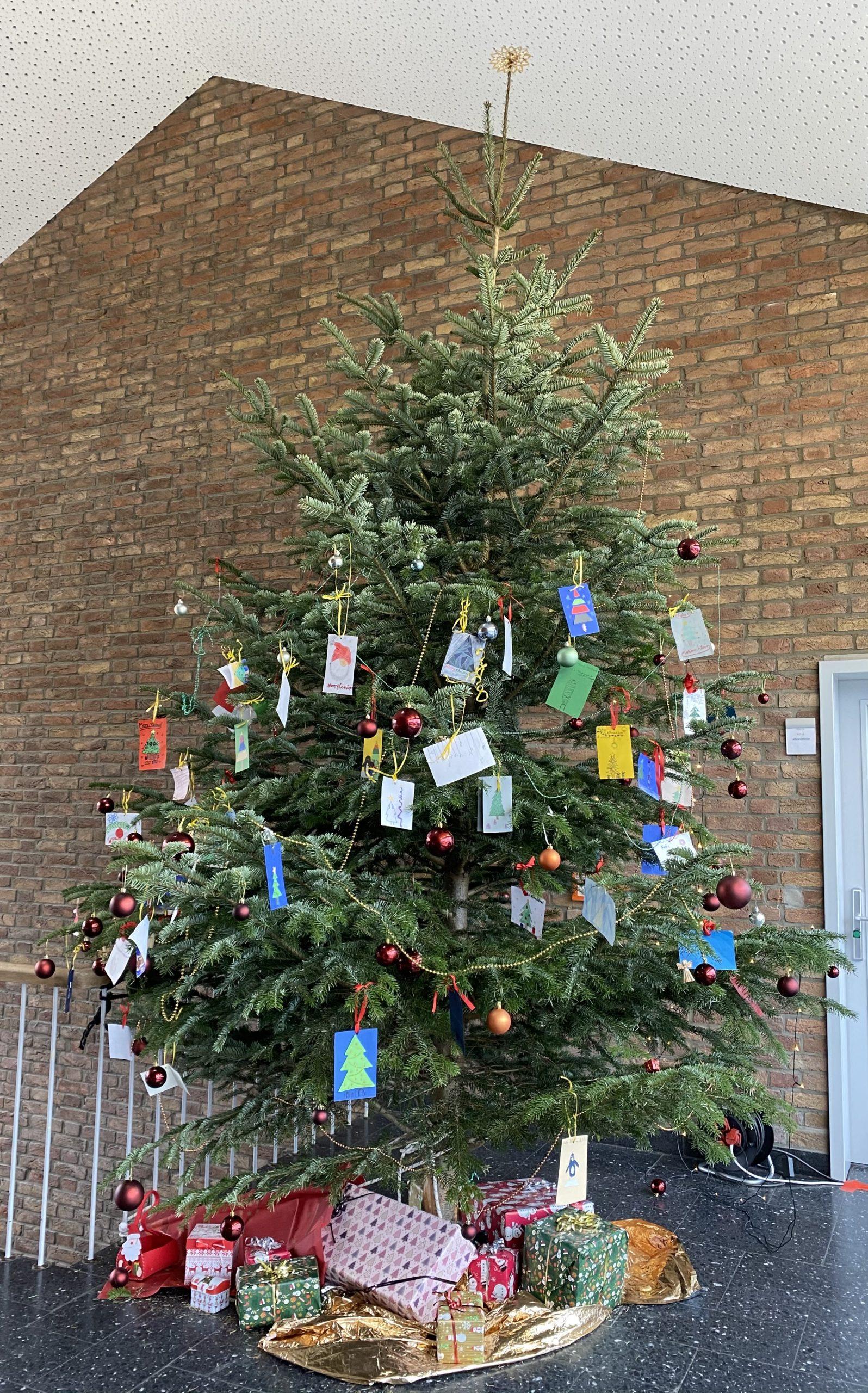 Selbst gestaltete Weihnachtskarten von Schüler*innen für die Bewohner des Seniorenheims in Neviges – Traditionen starten und pflegen